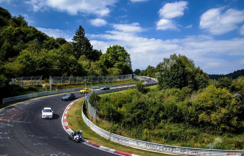 course de voiture sur le circuit Nurburgring, le plus légendaire des circuits automobiles